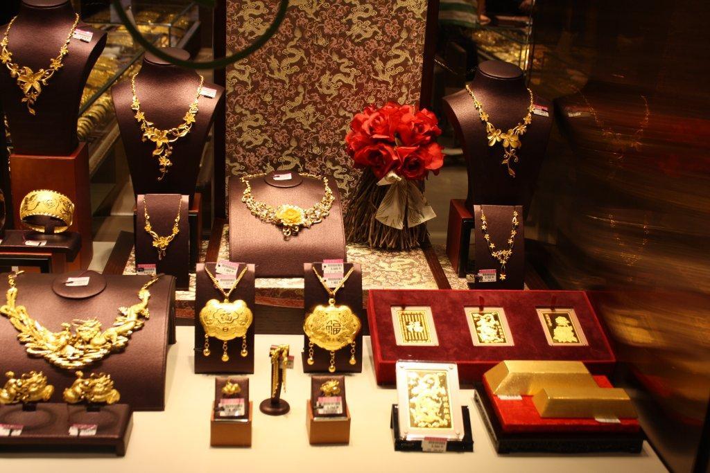 Or pour la vente au détail en Chine, bijoux, lingots dans la vitrine de Chow Tai Fook, photo (c) Thomas Podvin pour BullionVault