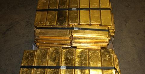 Lingots d'or empilés dans le coffre fort de Zurich